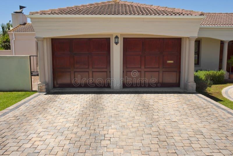 棕色木门双的停车库 库存照片