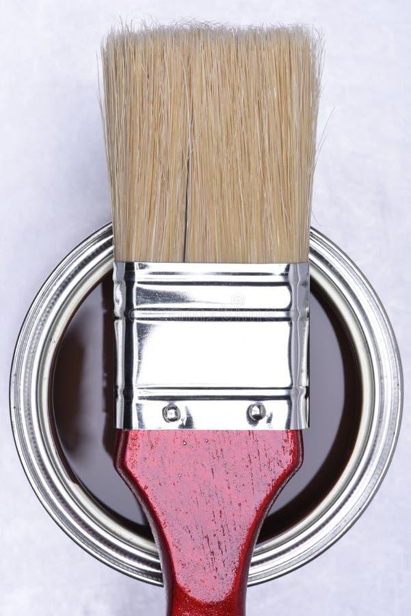 棕色油漆顶视图能与红色刷子 免版税库存照片