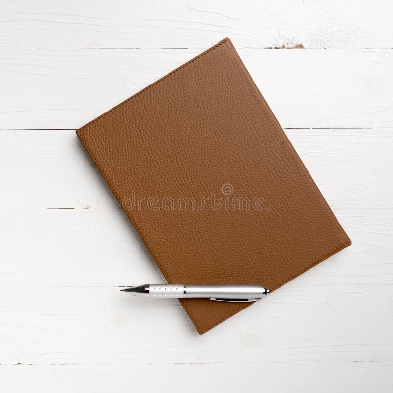 棕色笔记本笔 库存照片