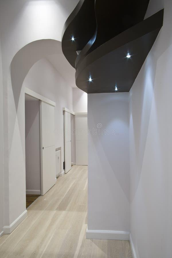 棕色走廊形状的架子木头 库存图片