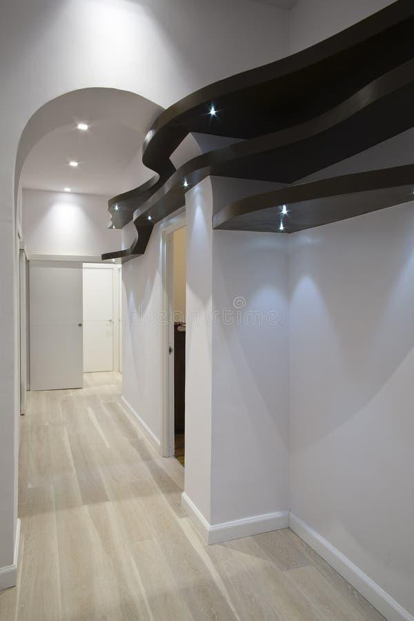 棕色走廊形状的架子木头 免版税库存图片
