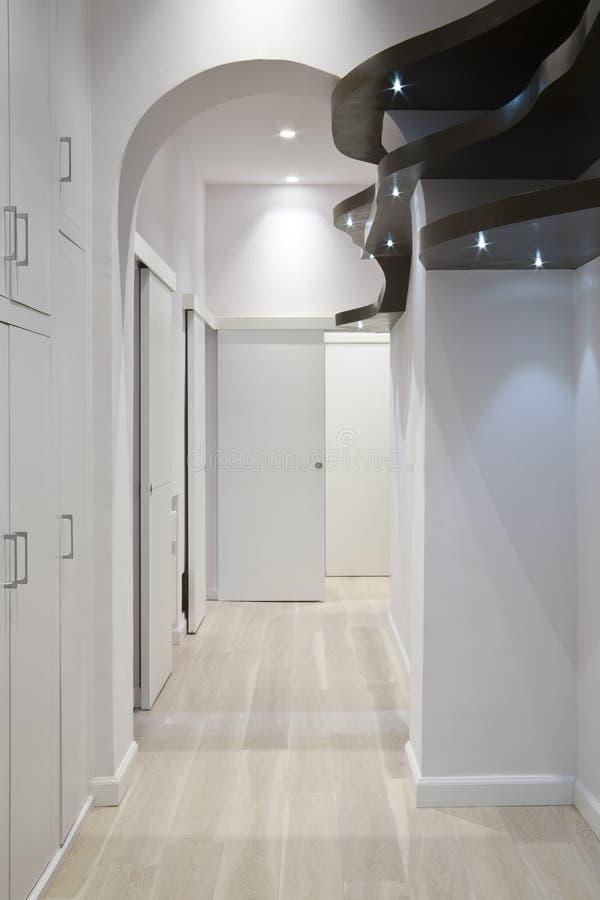 棕色走廊形状的架子木头 免版税图库摄影