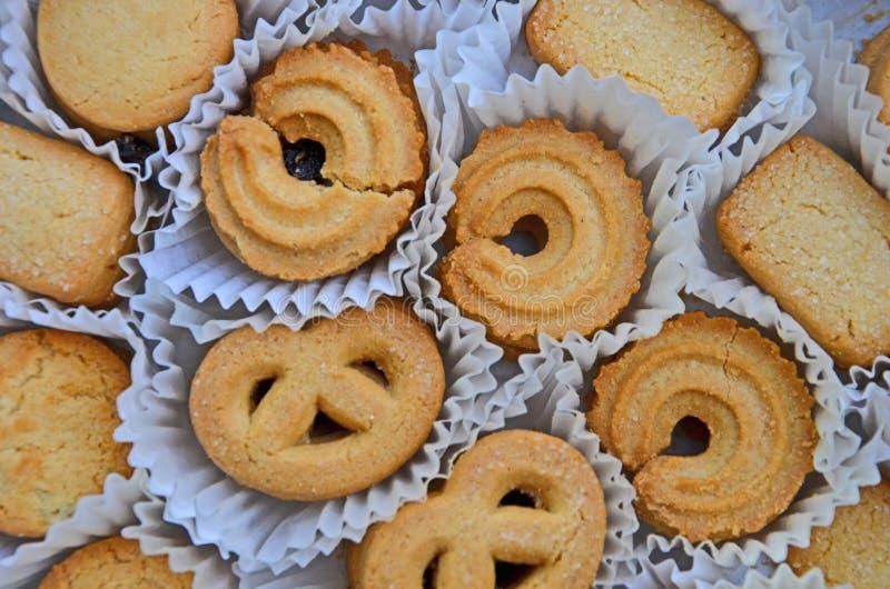棕色酥脆曲奇饼顶视图在干净的纸插口的 图库摄影