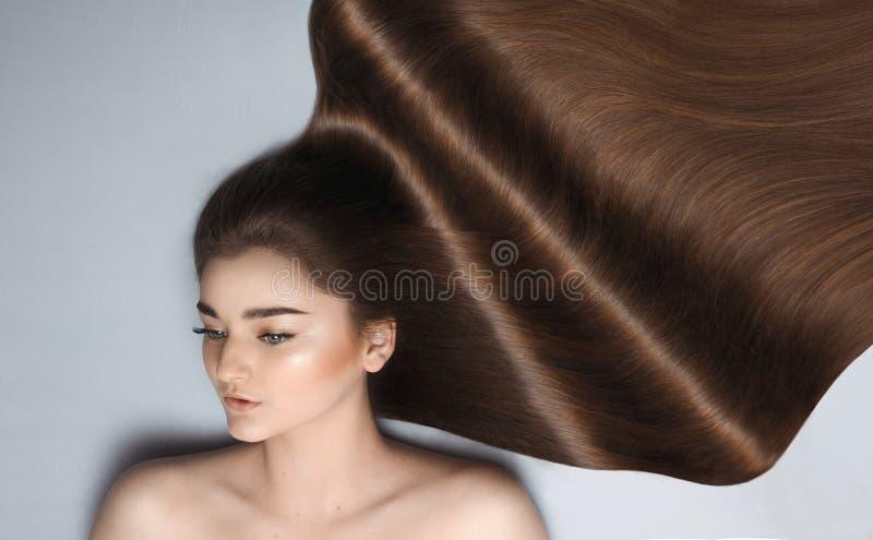 棕色长期女孩头发年轻人 免版税库存照片