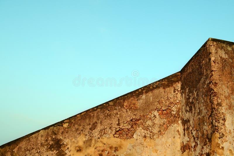 棕色颜色老混凝土墙反对蓝天的 大厦的几何 抽象结构 免版税图库摄影