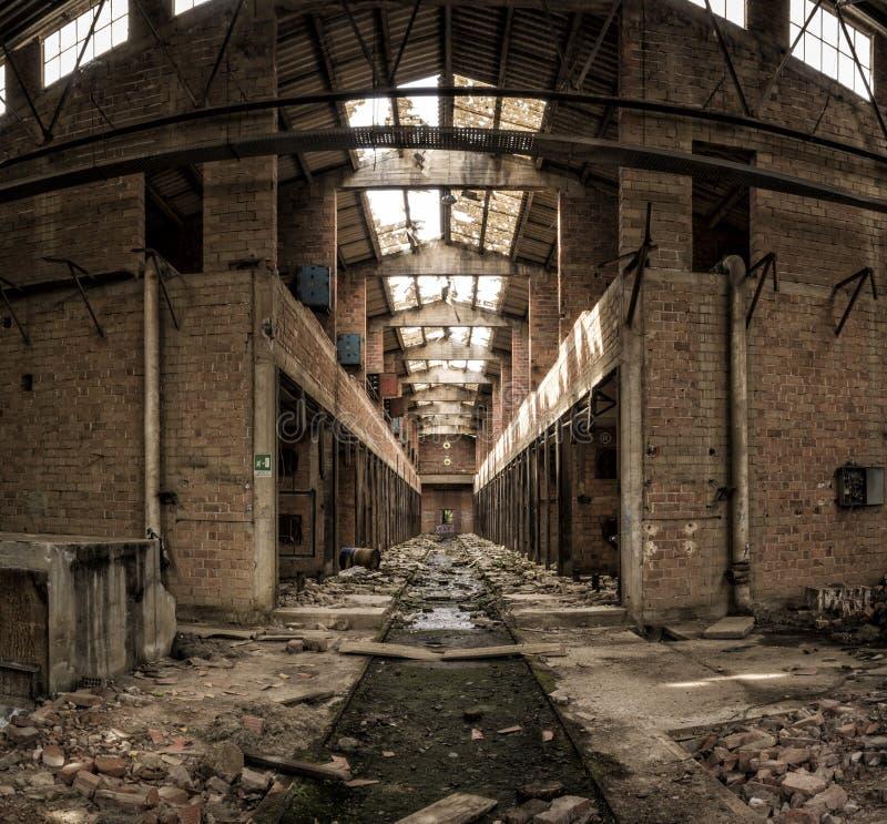 棚子在被放弃的工厂,中央透视 库存图片