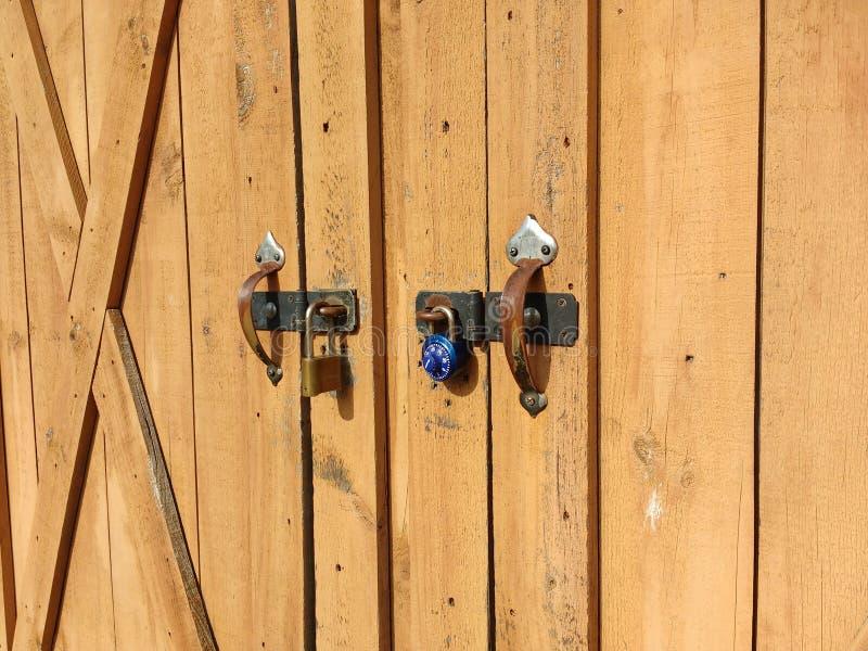 棚子巩固与两把不同锁 图库摄影