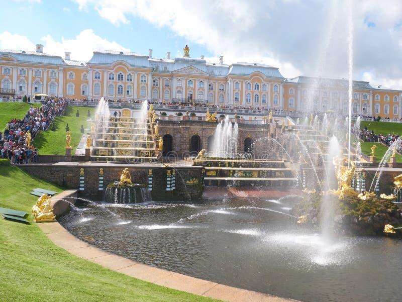 森山喷泉和盛大小瀑布与水注在Peterhof,俄罗斯 免版税图库摄影