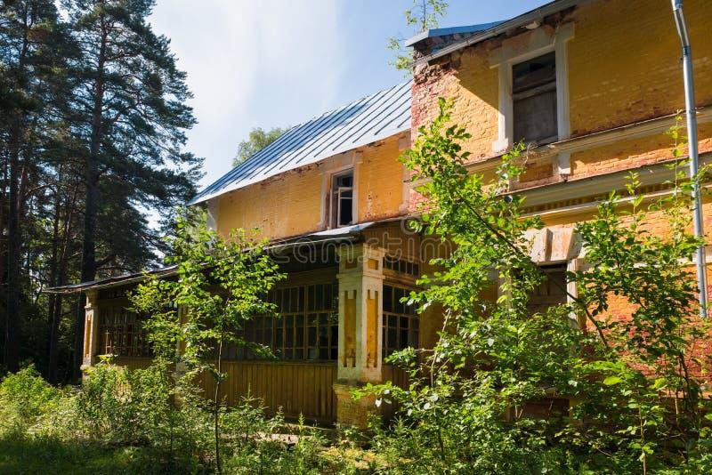 森林中的旧地产 库存图片