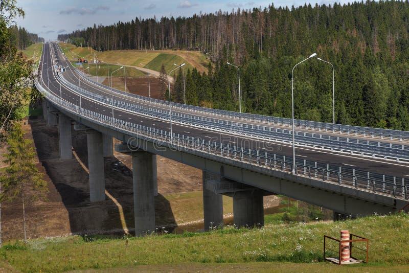 森林公路和未完成的桥梁在列宁格勒地区, Prioz 免版税库存图片