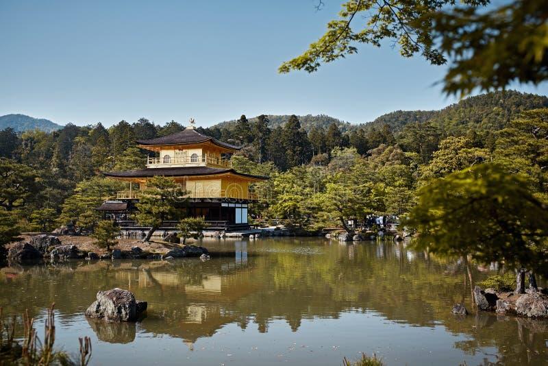 森林围拢的鹿苑寺寺庙 免版税图库摄影