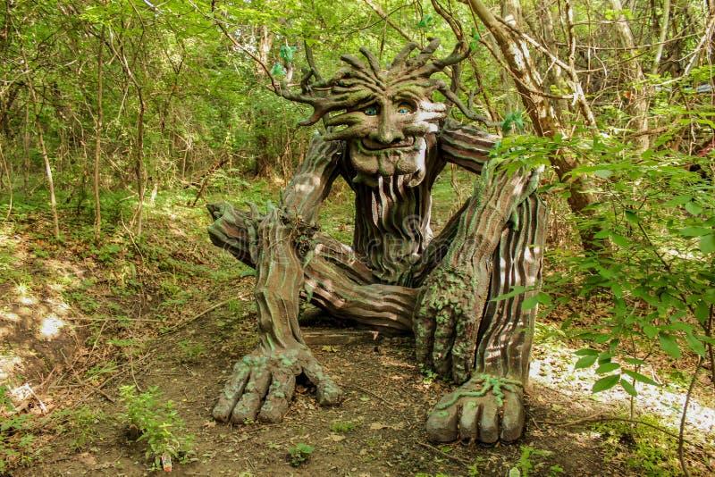 森林地greenman雕塑设置在森林起斑纹了与太阳和树荫在Renassiance节日马斯科吉俄克拉何马美国5 21 2016年 免版税库存照片
