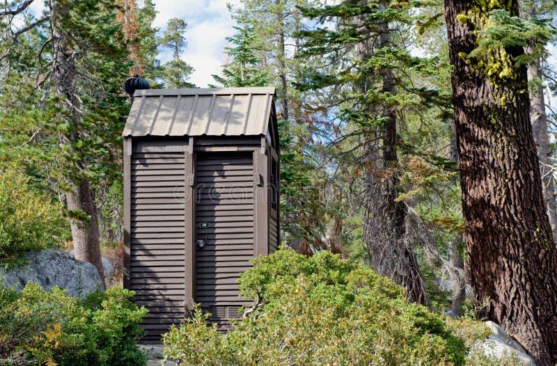 森林外屋洗手间 免版税库存图片