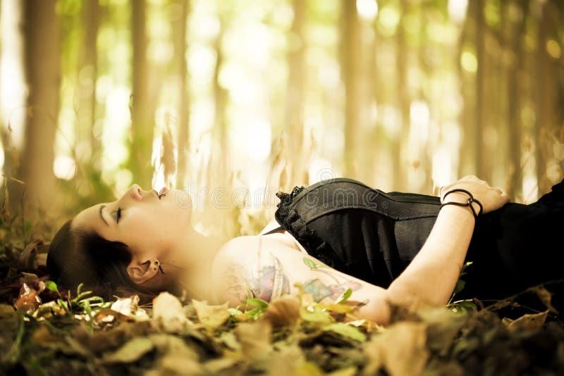 森林女孩放置 免版税库存照片
