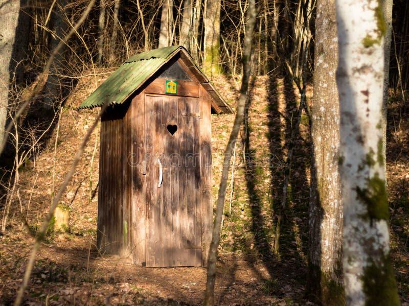 森林室外洗手间 免版税库存照片