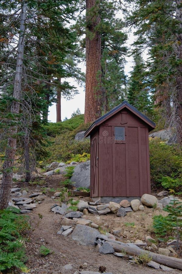 森林室外洗手间 库存图片