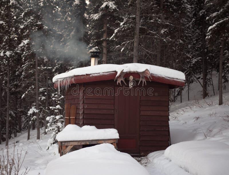 森林小屋蒸汽浴冬天 库存照片