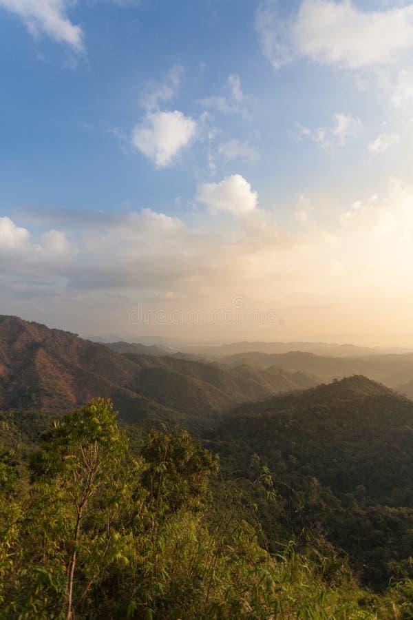 森林山和蓝天 免版税库存图片