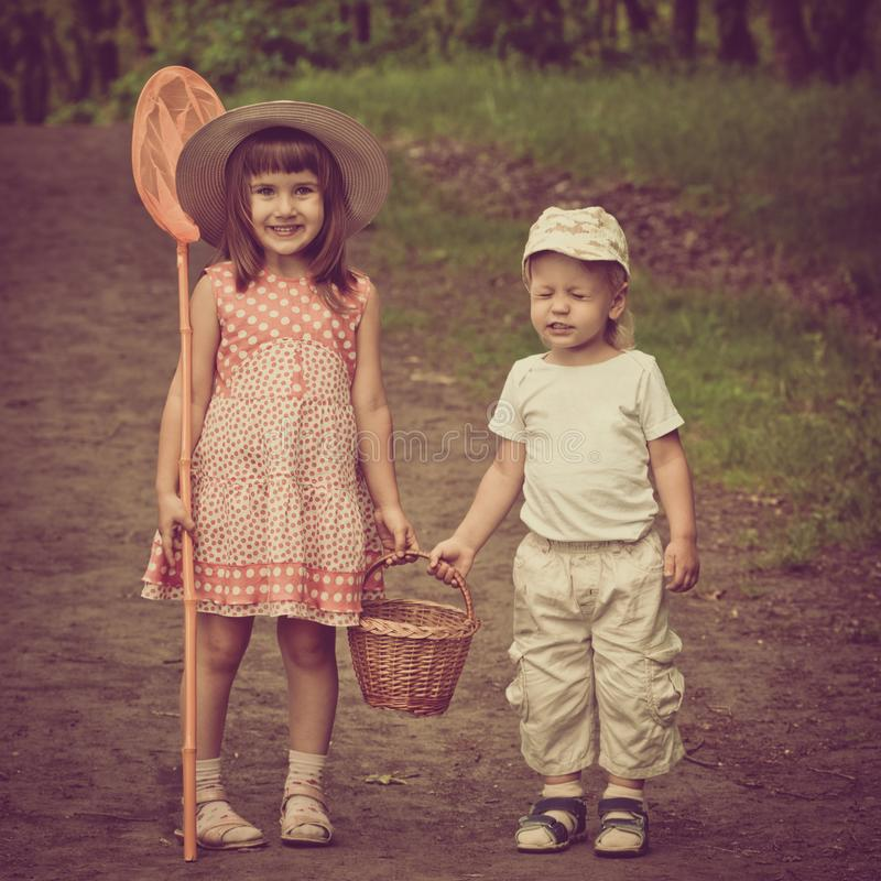森林步行的孩子 库存图片