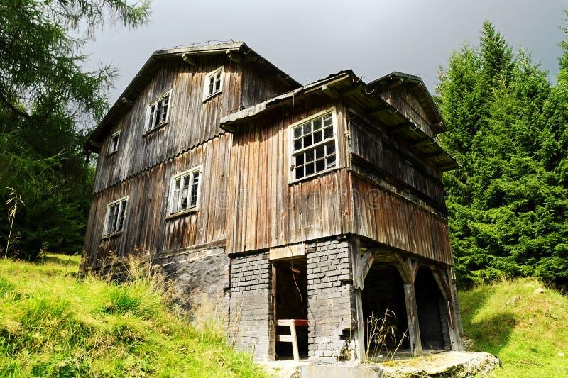 森林沼地的老被放弃的可怕木房子. 门面, 黑暗.