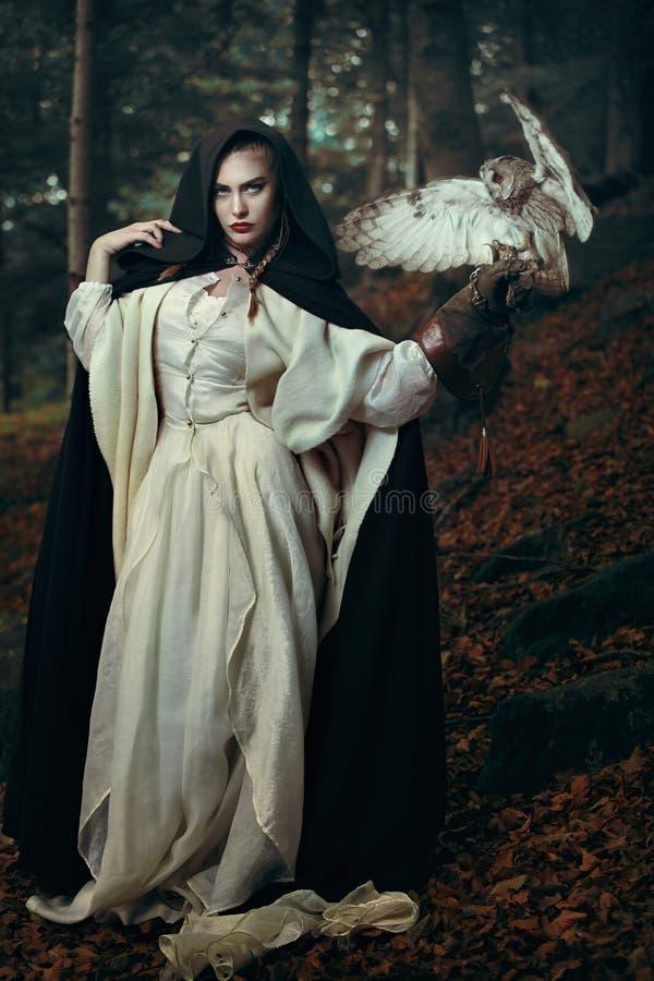 森林的美丽的夫人有她的猫头鹰的 免版税库存照片