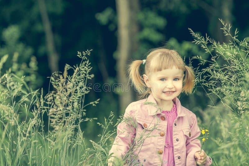 森林的逗人喜爱的小女孩 图库摄影