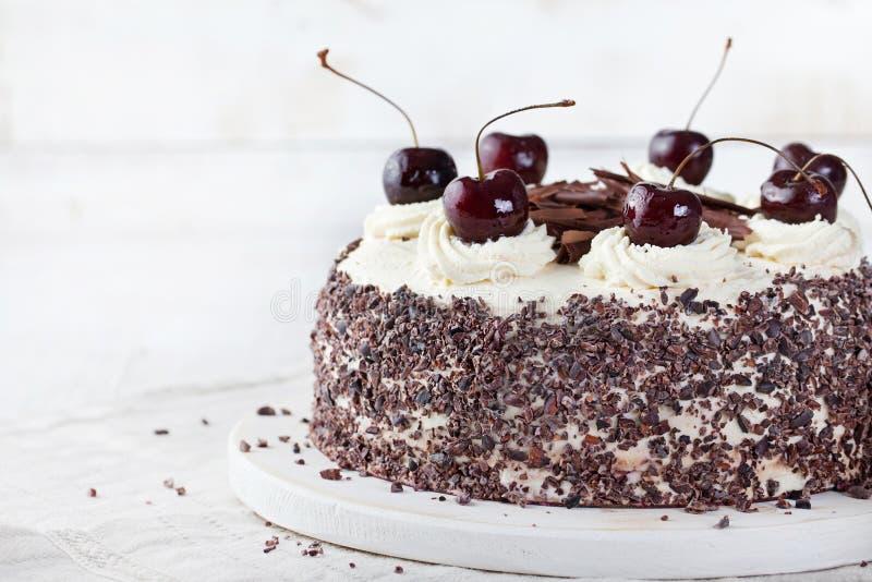 黑森林蛋糕,装饰用被鞭打的奶油和樱桃Schwarzwald饼、黑暗的巧克力和樱桃点心 免版税库存图片