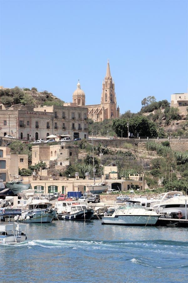 森格莱阿,马耳他,2016年7月 从海港口的和寺庙的看法在山 库存图片
