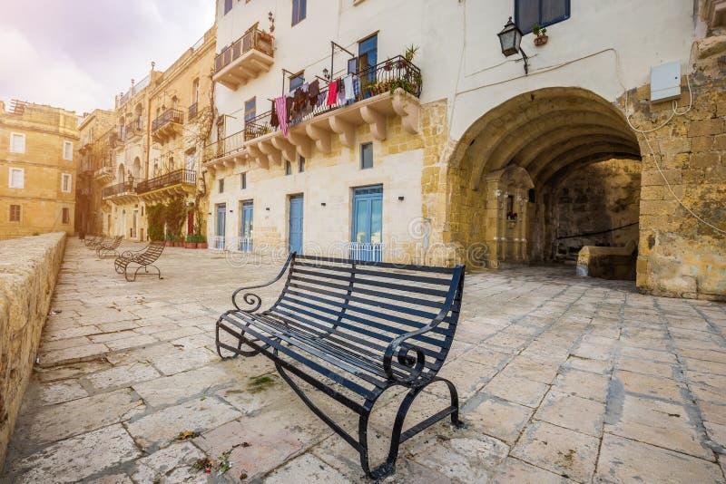 森格莱阿,马耳他-在市森格莱阿金属化长凳 免版税库存照片