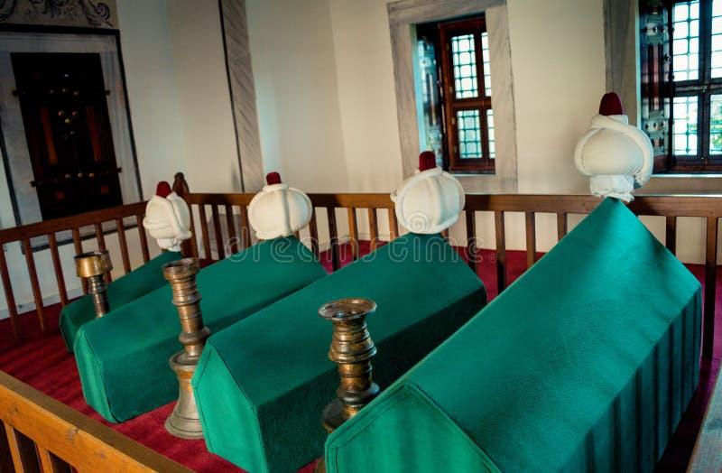 棺材行在无背长椅陵墓坟茔的 免版税库存图片