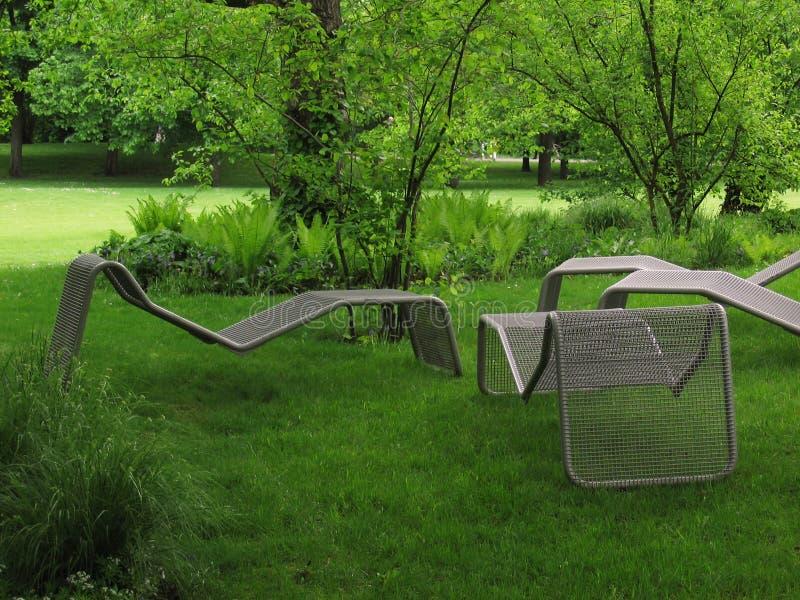椅子位于的公园 图库摄影