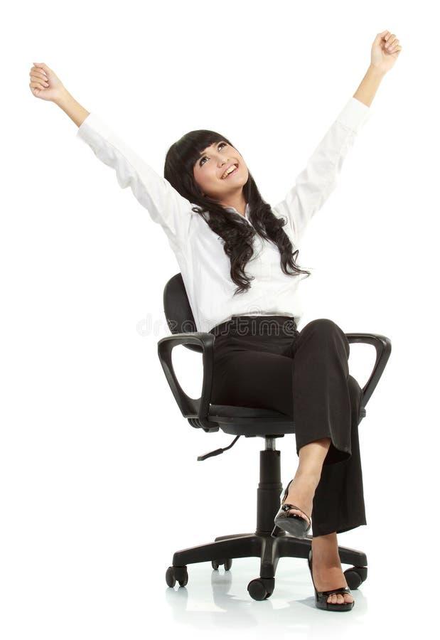 椅子兴奋俏丽的坐的妇女年轻人 免版税库存图片