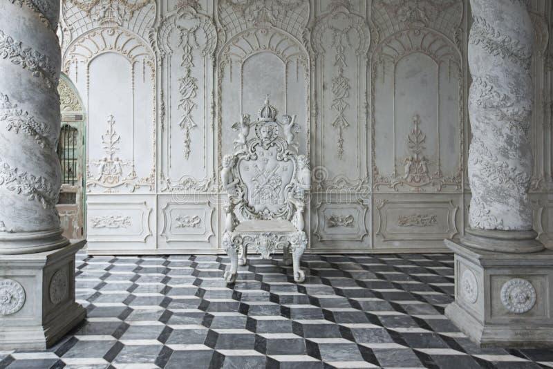 椅子剪报查出的豪华路径白色 皇族释放例证