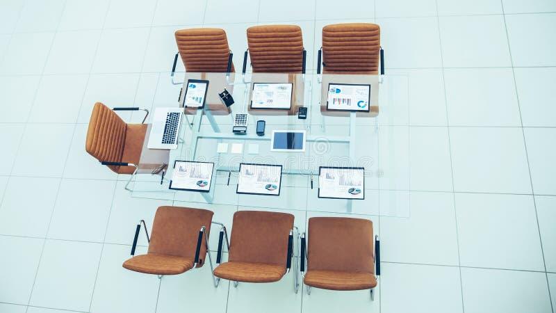 椅子和书桌有文件的和膝上型计算机交涉的与商务伙伴 库存照片