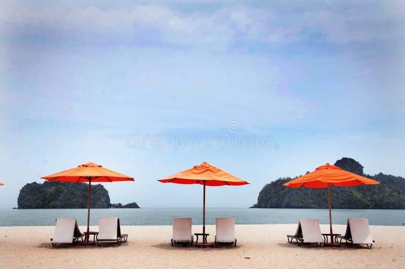椅子和伞在海滩在凌家卫岛 库存照片
