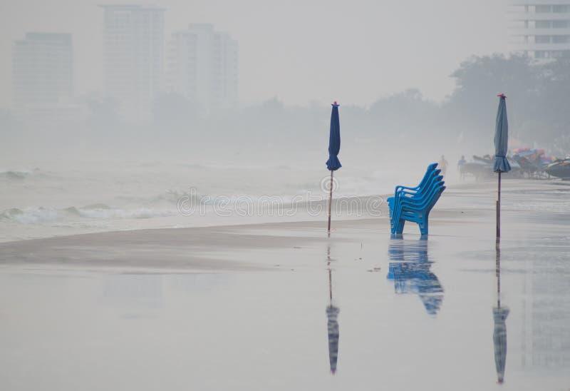 椅子和伞在Huahin海滩 免版税库存照片