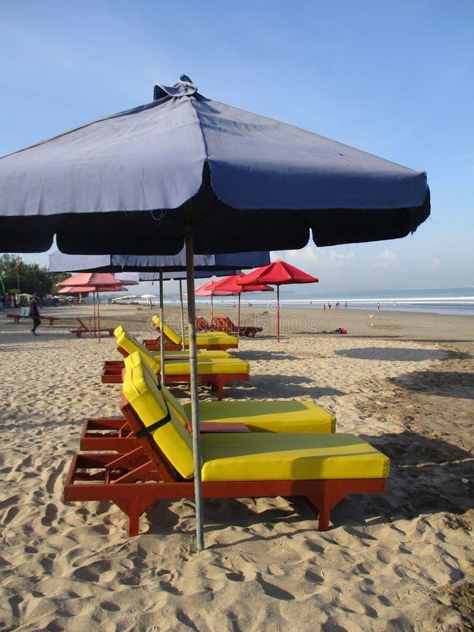椅子和伞 免版税库存照片