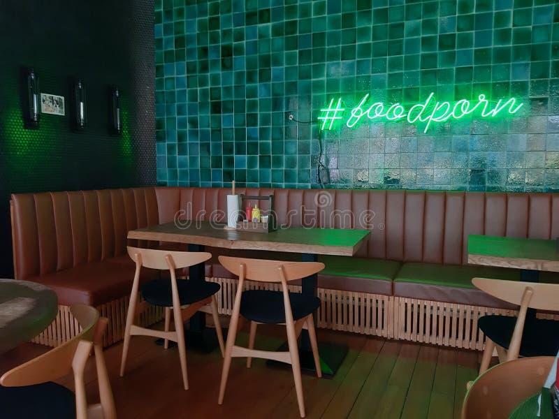 椅子和桌在咖啡馆咖啡馆索契05 09 2019? 免版税库存图片