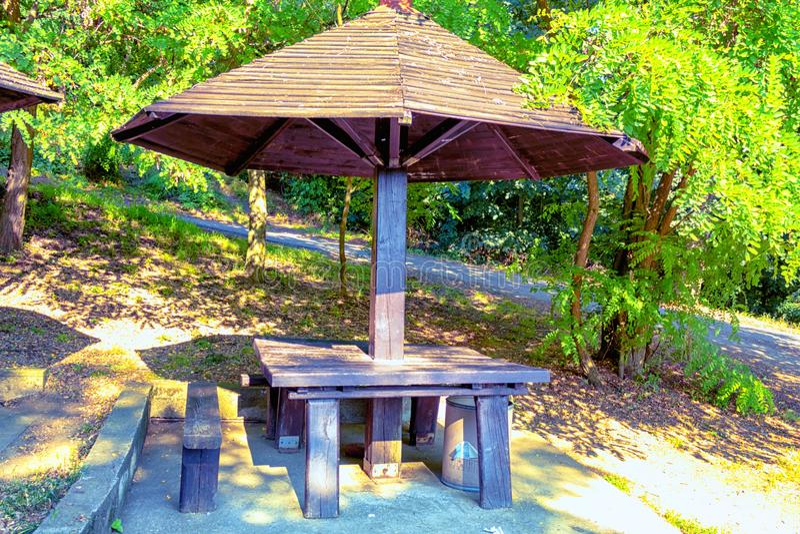 椅子和桌在庭院里 免版税图库摄影