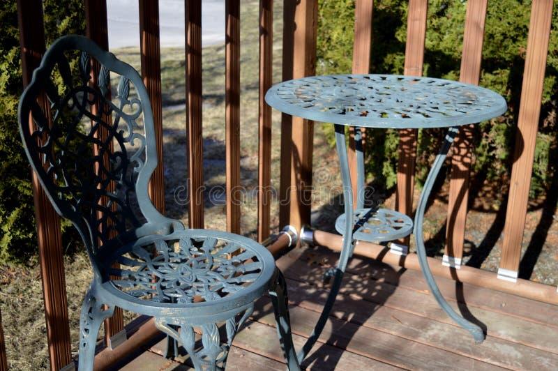 椅子和桌在木甲板 图库摄影