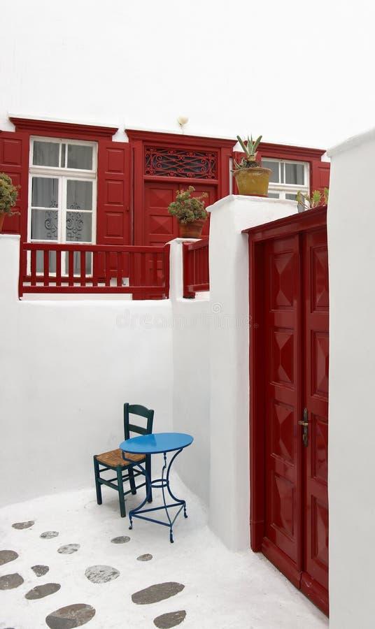 椅子和桌房子外米科诺斯岛的 图库摄影