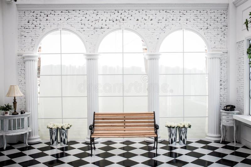 椅子和花装饰在屋子里 免版税库存照片