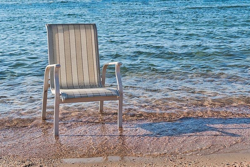 椅子在海水站立了在海岸附近 库存图片