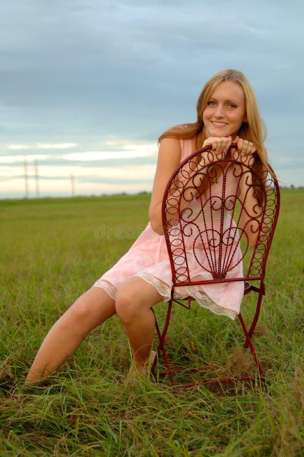 椅子域女孩坐少年 免版税图库摄影