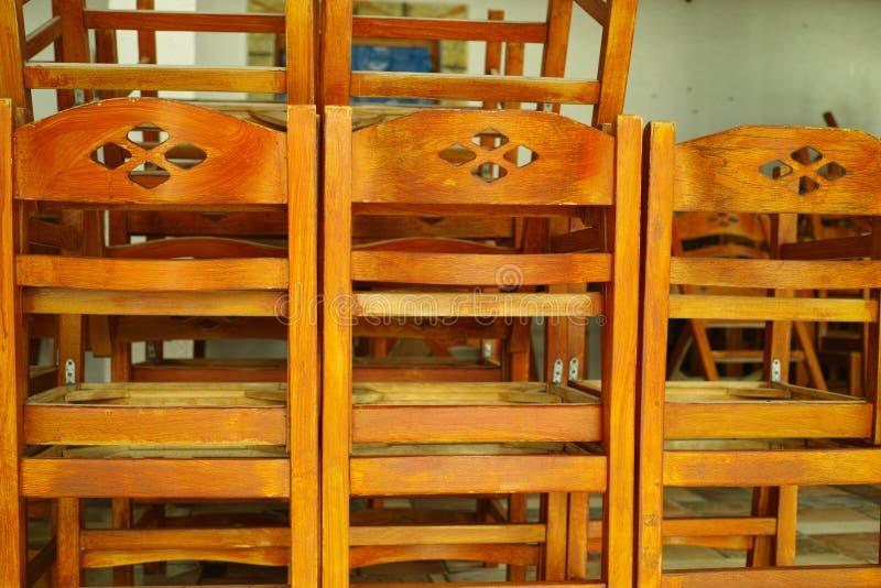 椅子堆在闭合的咖啡馆的,过时在希腊 免版税库存图片
