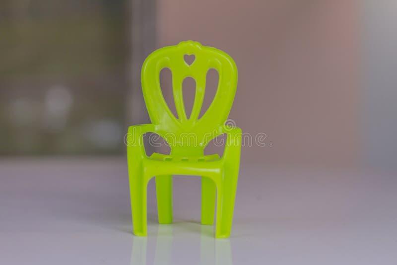 椅子塑料在白色背景做了,绘以绿色 免版税库存图片