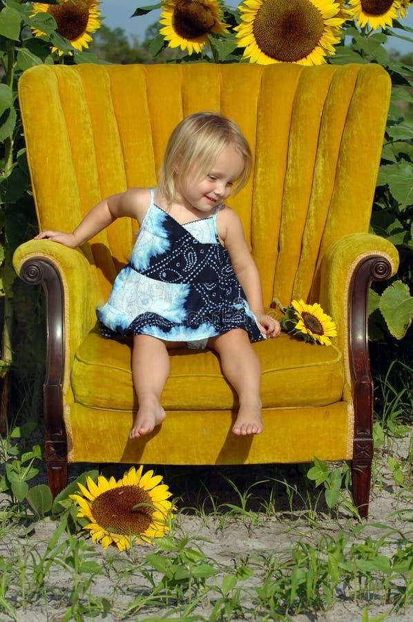 椅子女孩一点 免版税库存图片