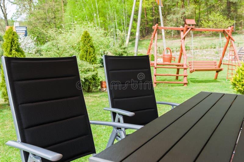 椅子庭院表 免版税库存照片
