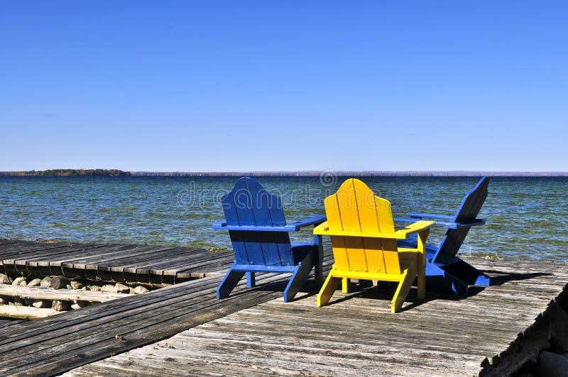 椅子木码头的湖 免版税库存照片