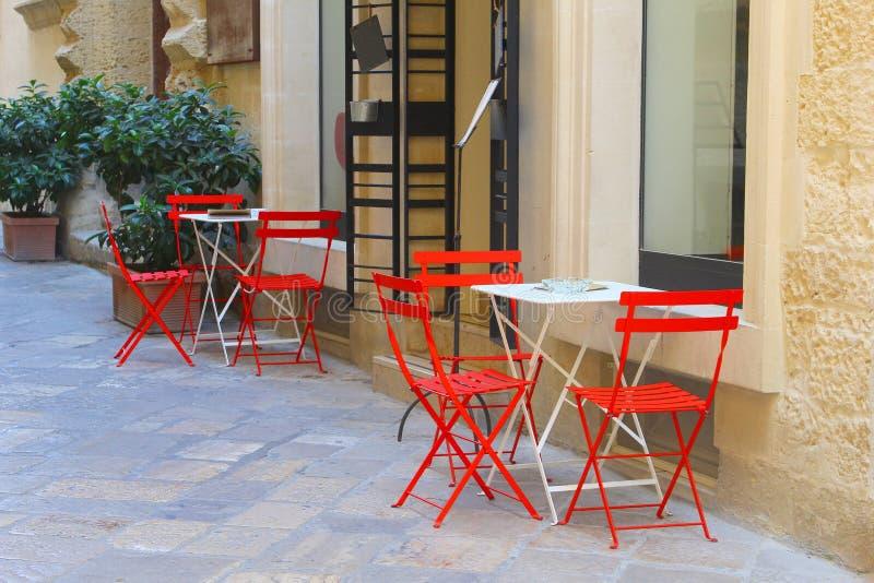椅子桌咖啡馆大阳台街道,莱切,普利亚,意大利 库存照片